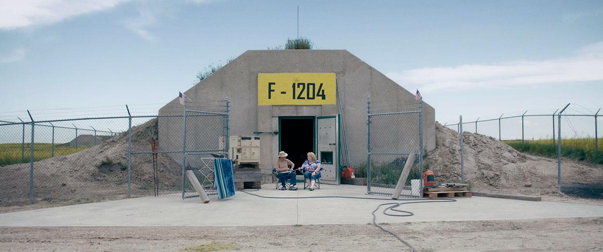 Ehepaar Mary und Tom Soulsby vor ihrem Bunker in South Dakota, USA